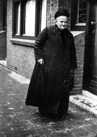 600495 - Adriana Smulders, geboren op 6 september 1858 te Oisterwijk als dochter van Peter Smulders en Adriana Michels. In 1883 huwde zij te Tilburg met molenmaker Josephus (Jos) Matthijssen. Na het overlijden van haar man in 1904 werd Adriana de molenaarster van de molen aan de Elzenstraat. Later werd zij opgevolgd door haar zoon Petrus. Adriana overleed in 1936 te Tilburg