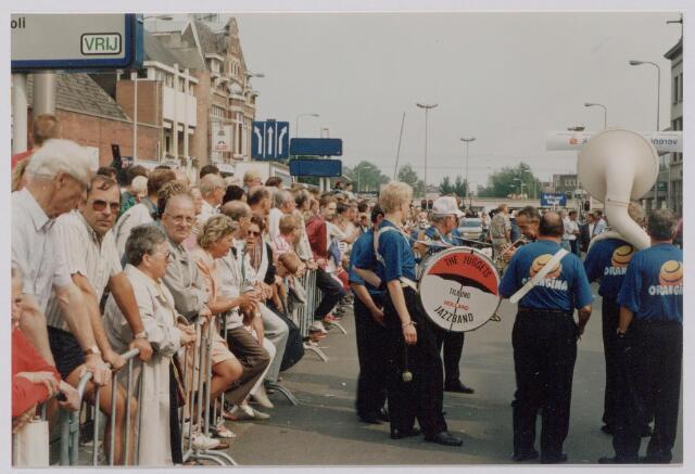 045143 - Wielrennen. Finish profronde van Nederland. Op het parcours jazzband The Juggets uit Tilburg.