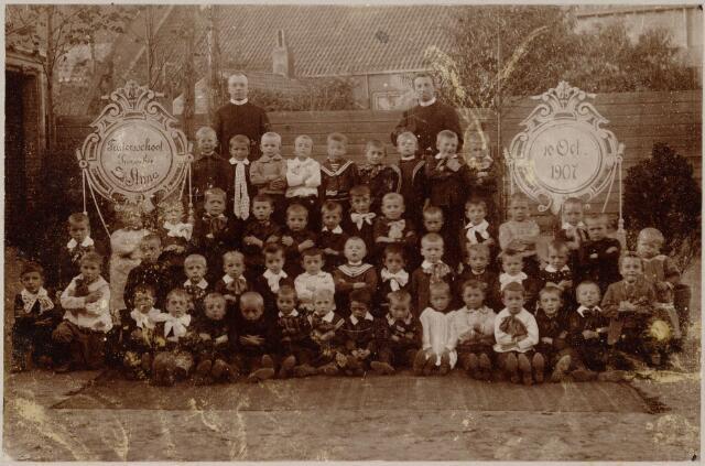 051153 - Basisonderwijs. Klassenfoto  r.k. lagere school.  Men ziet de r.k. jongensschool St. Joachimschool  in de parochie St. Anna. Deze school is opgericht op 4 januari 1907. Deze school werd ook de fratersschool genoemd. De foto dateert uit het eerste jaar 10 oktober 1907 met de jongste leerlingen en twee fraters.
