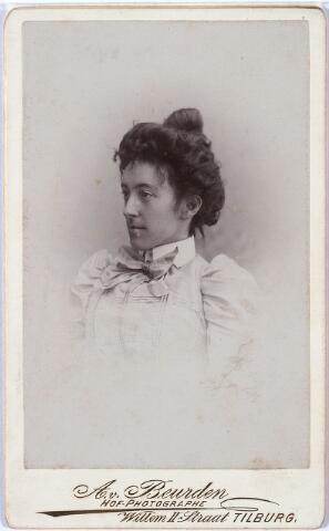 """011396 - Caroline Maria Wilhelmina BOGAERS, geboren te Tilburg op  25 december 1872, aldaar overleden op 11 sep 1912. Zij was het zesde kind van textielfabrikant Vincentius A.A. Bogaers en Isabella Ph. Th. Pollet.  Zij bleef ongehuwd en bewoonde na de dood van haar moeder in 1909 tezamen met haar jongere zuster Lena een gedeelte van het grote ouderlijk huis aan de Willem II-straat. In het Memoriaal (zie Annotatie) heet het over haar: """"Zij was een gevoelige, romantische, litéraire persoon, die veel heeft geleden onder de mismaaktheid welke in haar generatie bij enkele leden van het geslacht voorkwam. Het betreft een afwijking aan de ruggegraat (hoge rug) en een in het algemeen zwak beenderengestel."""""""