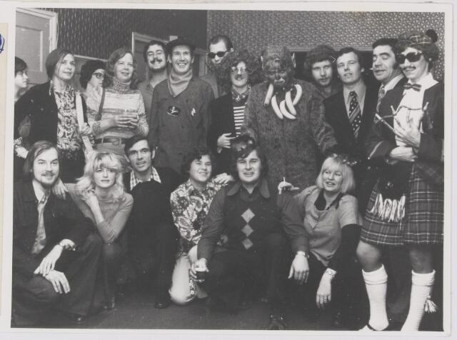 081885 - Rijen, Carnaval 1975. Songfestival Carnavalsleid 1975. De Kandidaten in afwachting van de muziek.