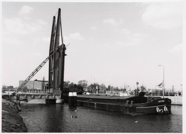 034808 - Een binnenschip passeert de draaibrug aan de Melis Stokestraat (links) - Van Vollenhovenstraat