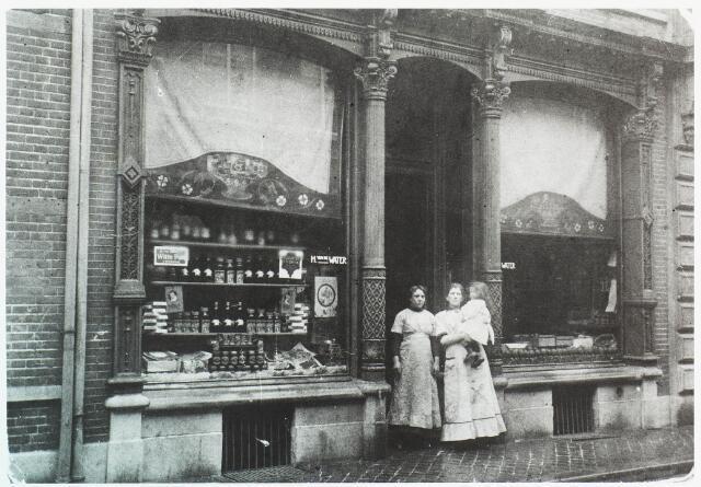 033652 - Winkels. De voorgevel van het winkelpand aan de Tuinstraat 84. Rond 1920 was de heer H.v.d. Water, van beroep koopman in fruit, eigenaar van het pand.