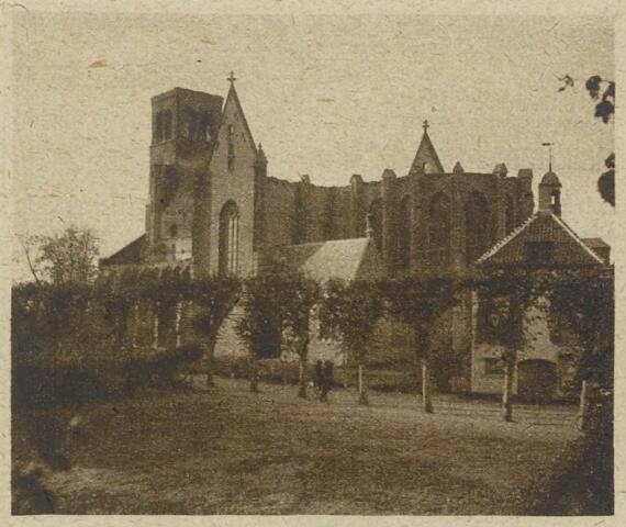 89211 - De door brand verwoeste parochiekerk Terheijden met rechts het gemeentehuis. Op donderdagavond 26 oktober 1922 werd de kerk een prooi van het vuur.