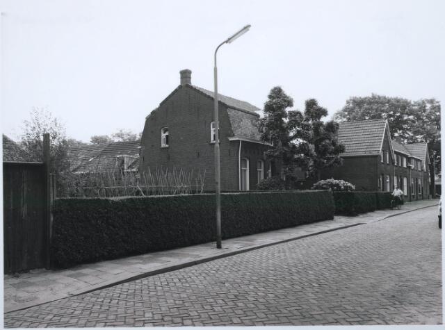 027643 - Boerderij aan de Oude Langstraat. Reeds in 1832 was er sprake van een huis met schuur en erf aan een pad dat van de Veldhoven naar het centrum liep. In 1879 was het complex eigendom van de landbouwer Jacobus van Esch. In 1905 werd op dezelfde plaats een nieuwe boerderij gebouwd naar een ontwerp van Jos Donders. Opdrachtgeefster was de weduwe J. van Esch. De boerderij bestaat uit een vrijstaand woonhuis met mansardekap met daarachter een stal en een karloods. In 1922 werd de aanbouw achter het huis verlengd waarbij de karloods plaatsmaakte voor een grotere stal en in 1943 werd op het erf nog een bakstenenschuur met wolfdak gebouwd. De boerderij is nog tot omstreeks 1960 in bedrijf geweest. Ze is nog een van de weinige gave boerderijen in de stad. Vanwege vorm en uitvoering heeft het pand architectuurhistorische waarde. Stedenbouwkundig gezien is het van waarde doordat het omringd wordt door een flink stuk grond dat nog herinnert aan de vroegere functie