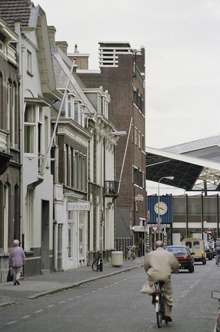 TLB023000255_001 - Zicht op de voorgevel van Station Tilburg vanuit de Stationsstraat.  Foto is gemaakt in het kader van de Gemeentelijke Begrotingsspecial 1993.