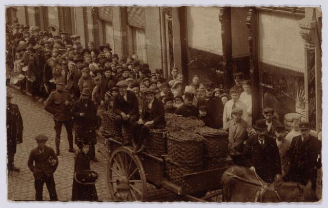 102030 - Toeloop voor de distributie van vis bij de winkel van J. de Leeuw aan de Tuinstraat. De Leeuw handelde in boter, kaas, vis en vlees.