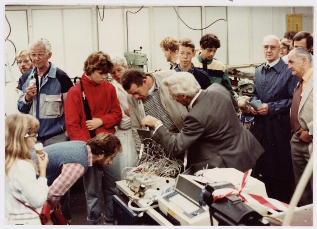 050159 - Volt. Noord. Jubileum 75 jaar Volt op 15 september 1984. De Centrale Onderhouds Dienst COD demonstreert een computer gestuurd luchtcommando systeem op de opendag. In het midden op de rug gezien Kees Rietmeijer welke het een en ander aan de omstanders uitlegd. De persoon rechts met bril is Sjef van Iersel.