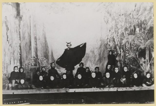 """076998 - Kinderoperette """"De duiveltjes in het heidense land"""". Voorjaar 1930 Kunstkring. Regie: Jan nGroenland Dirigent: Sjef van Eerden Begeleiding van de koren: Corry Vriens Soliste: Jeanne v.d. Oever"""