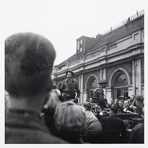 012149 - WO2 ; WOII ; Tweede Wereldoorlog. Bevrijding. Een van de eerste Schotse legervoertuigen in Tilburg, hier gefotografeerd voor het station aan de Spoorlaan