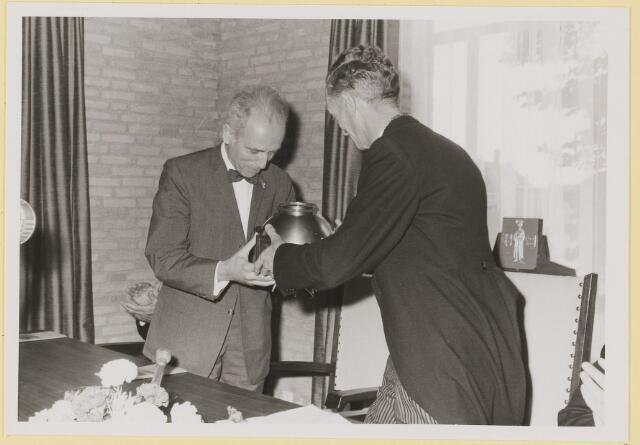 072933 - Opening gemeentehuis door de Commissaris van de Koningin Kortmann.  Bijzondere raadsvergadering. Overhandiging van het geschenk aan de burgemeester.