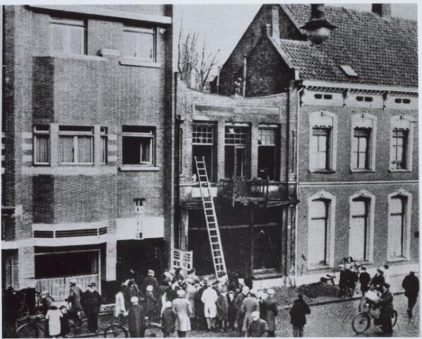 021222 - Grote publieke belangstelling voor het drama bij café De Valk eind december 1931: vijf leden van de familie Roelen verloren hierbij het leven