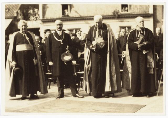 """008953 - Onthulling van het Petrus Donders monument. Van links naar rechts mgr. Bernardus Josephus Eras, door zijn familie """"paus"""" Eras genoemd, burgemeester mr. dr. F.L.G.Z.M. Vonk de Both, mgr. Diepen en mgr. Van Roosmalen."""