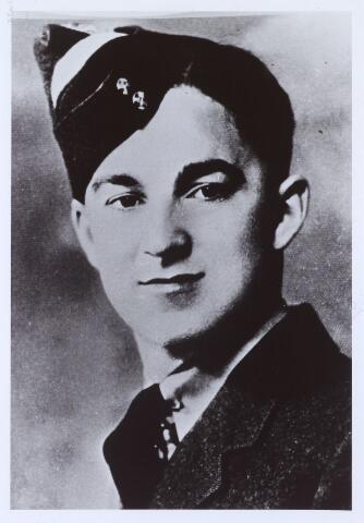 013680 - WO2 ; WOII ; Tweede Wereldoorlog. Verzet.  De Canadese piloot Roy E. Carter, die op 9 juli 1944 op de plaats achter de woning van Coba Pulskens door de Duitsers werd geëxecuteerd