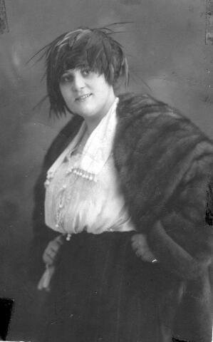 064434 - Louise Bergler-Donders, geboren te Tilburg op 9 december 1899.