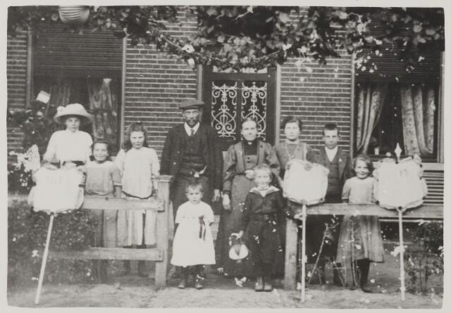 058725 - De fam. Blom, Hoofdstraat in 1913
