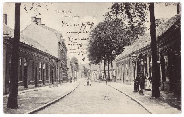 001529 - Het begin van de Korvelseweg in noord-oostelijke richting. Rechts achter de bomen het huidige St. Annaplein. In de verte het begin van de Zomerstraat. Volgens de legger van wegen en voetpaden uit 1872 bestond de Korvelseweg toen uit drie delen: Het Haringseind, dat liep van de Zomerstraat tot aan de Korveldwarsstraat, de Korvelscheweg vanaf de Korveldwarsstraat tot aan de Paterstraat en de Hesperenstraat en Korvel, de rest van deze straat inclusief het huidige Korvelplein. Volgens latere adresboeken uit de negentiende eeuw liep het Haringseind 'van de weduwe Pierson en Michels tot het straatje tusschen Hofland en Molenzicht'. Dit is ongeveer vanaf het einde van de Zomerstraat tot aan de Paterstraat. De rest van de straat droeg tot en met het plein de naam Korvel. Pas in 1900 is er sprake van de 'Korvelscheweg' lopende van het huidige St. Annaplein tot aan het huidige Korvelplein. Aan de rechterzijde van de straat waren in die tijd de volgende winkels: de weduwe L. Andriessen-Levieson in glas en aardewerk, L. Frenkel, ook in glas en aardewerk en de weduwe A.C. van den Hout-Becx boekhandelaarster.