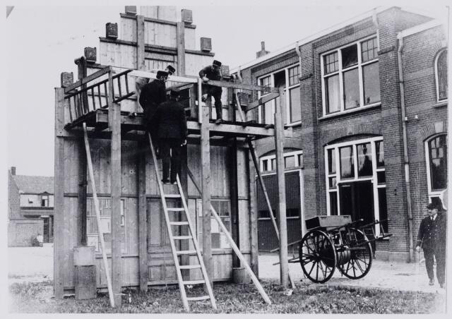 103709 - Brandweer. Brandweer oefening op de kazerne Capucijnenstraat.