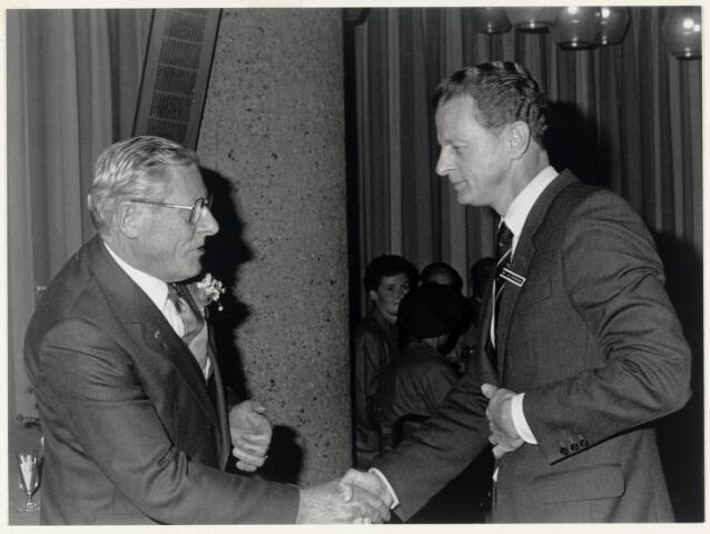 90946 - Made en Drimmelen. De heer Kalisvaart (l) ontvangt de gouden N.C.S.U.- speld uit handen van N.C.S.U-voorzitter de heer Kleermans. Het gebeuren had plaats in Utrecht.