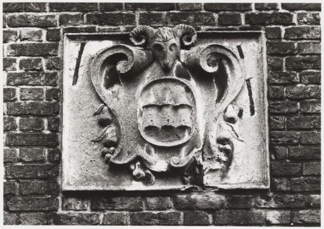 068071 - Cementen Cartouche uit 1938 met in het midden het embleem van de voormalige wollenstoffenfabriek TRIBORGH N.V. in de Bisschop Zwijsenstraat 44.  Trefwoorden: Kunst, openbare ruimte, bedrijven