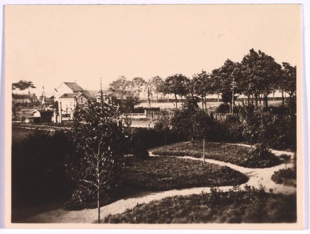 022827 - Overweg bij de Bosscheweg omstreeks 1917. Links het huisje van de seinwachter.