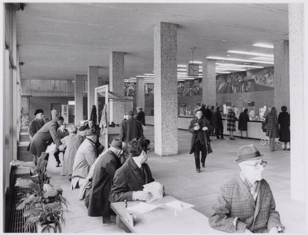 041591 - P.T.T., Postkantoor Tilburg, Telegraaf, postzegels, postbrieven.Spoorlaan. PTT- gebouw. Postkantoor overzicht op loketten.