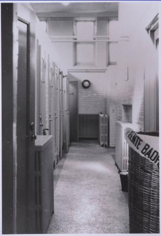 027922 - Badhokjes in het badhuis aan het Paduaplein rond 1929