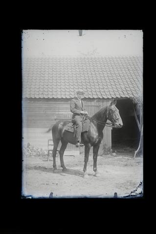 654812 - Privéarchief Schmidlin. Onbekende man te paard.