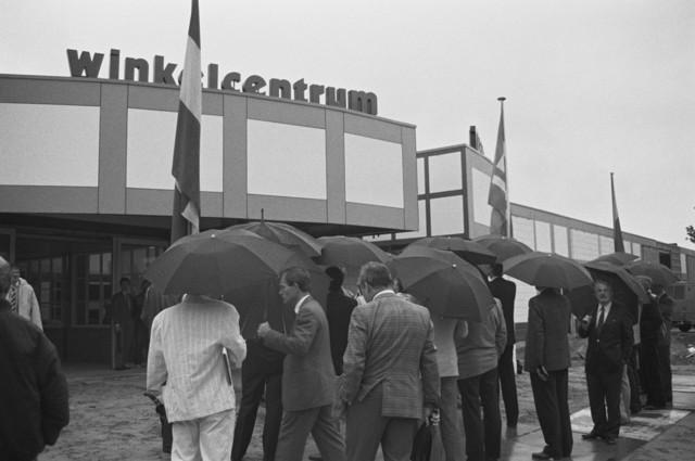 TLB023002537_001 - In de regen verzameld bij het Winkelcentrum Wagnerplein
