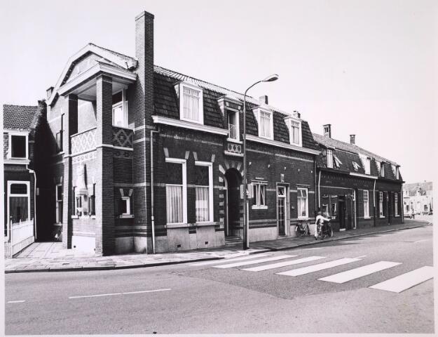 024884 - Kruising Hasseltstraat - Kwaadeindstraat (rechts). Aan de zijgevel van het linkerpand een Mariabeeld, vervaardigd door de kunstenaar Albert Verschuren