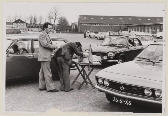 085185 - Dongen.Autosport.Tefadorally start bij de Rimi Kanaalstraat. Links staande Gerrit van Uitert.