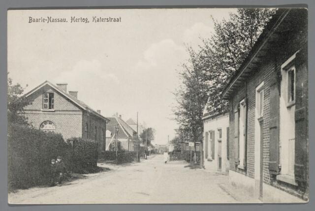 065571 - Nabij de sporwegovergang tussen de Kerkstraat en de Pastoor de Katerstraat in 1912. Rechts de smederij J.J. Kin en drukkerij Tj de Jong. Links een blokhuis van de Spoorwegen. Voor de overgang staat de schilder P. Camp