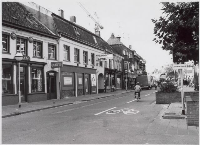 021278 - Korte Heuvel in de richting van de Heuvel. Boven de huizen een kraan, betrokken bij de bouw van winkelcentrum Heuvelpoort