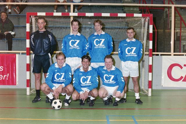 1237_001_029-1_014 - Sport. Voetbal. Een zaalvoetbal team op 3 januari 1999. Ze worden gesponsord door CZ.