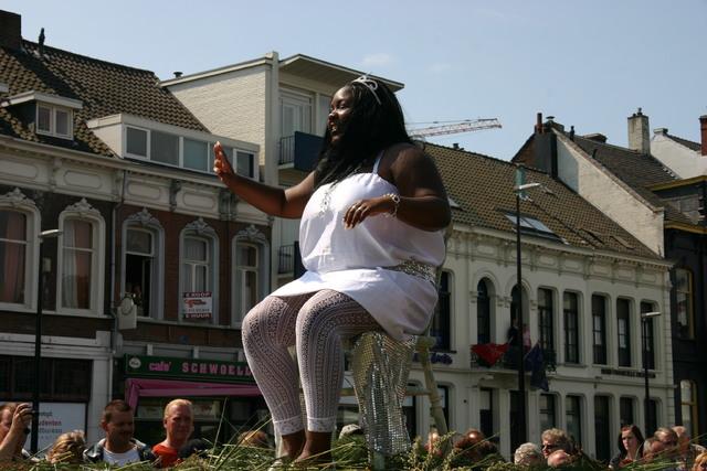 657383 - De T-parade. Een kleurrijke multiculturele optocht door het centrum van Tilburg. De vele culturen van Tilburg worden getoond.