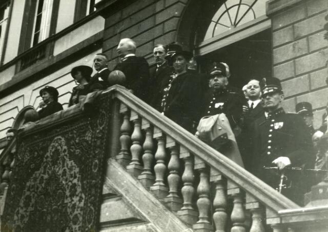 200227 - Select gezelschap op het bordes van het voormalige gemeentehuis t.g.v. van de schietwedstrijden van de Vrijwillige Landstorm in Tilburg.