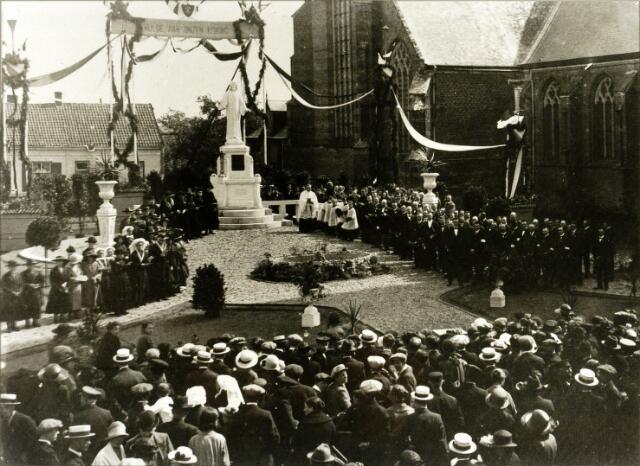 """054494 - In 1923 werd door de parochianen van Hilvarenbeek geld bijeengebracht voor de plaatsing van een H. Hartbeeld naast de kerk. Aan J. Custers uit Stratum werd opdracht gegeven om een kalkstenen beeld te maken naar het model van het H. Hartbeeld te Madrid. De intronisatie vond plaats op 2 september 1923. Tijdens de bloemenhulde werd het lied gezongen dat begon met de woorden:  """"Juicht thans Beekenaren heden, want gij zijt den Heere gewijd."""""""