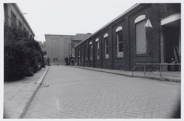 044965 - Werkstraat van de gemeentelijke gasfabriek aan de Lange Nieuwstraat. Op de achtergrond het P.N.E.M.gebouw.