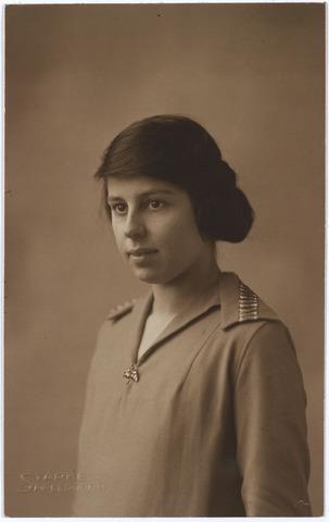 004411 - Jeanne HAGE op de leeftijd van 24 jaar.