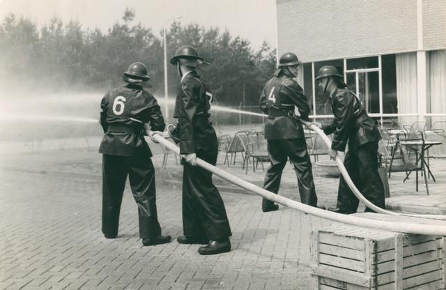 651498 - VOLT, Tilburg.Noord. Ca.1965. Een brandweer oefening in de nabijheid van de kantine in gebouw N.A.