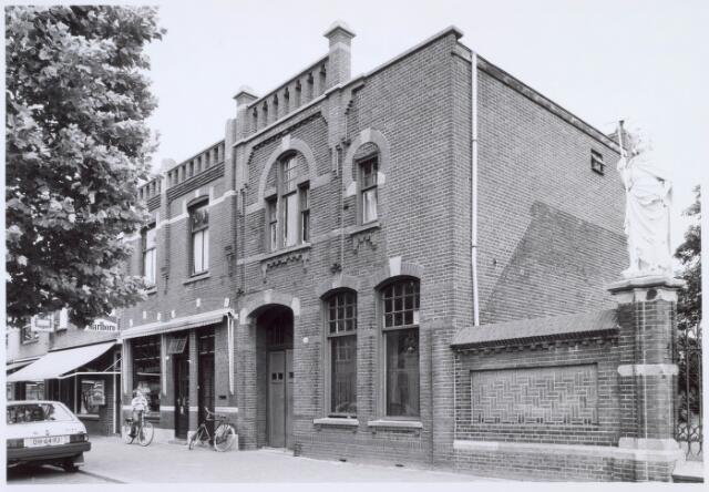 019079 - Pand Goirkestraat 66. Rechts een beeld behorende bij het parochiekerkhof