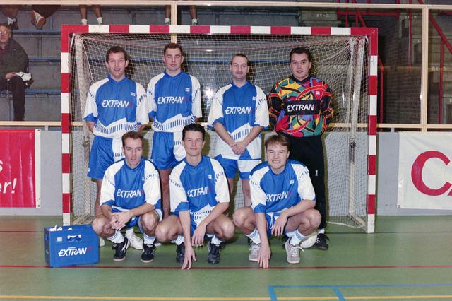 1237_001_029-1_003 - Sport. Voetbal. Een zaalvoetbal team van Willem II op 3 januari 1999. Ze worden gesponsord door Extran.