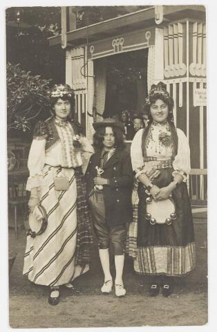 068204 - Muziekfeesten. Zomerkemis 1904. Op de foto linksmej. Bots uit de Willem II-straaten rechts Mej. Bruning wonende op de Bredaseweg.