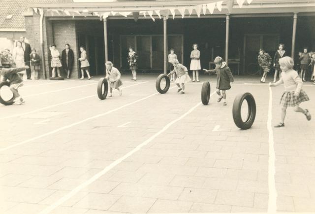 651621 - Meisjesschool Vincentius. Tilburg. Eigenlijk vierde de school een hele week feest ter gelegenheid van het gouden jubileum. Op 3 mei was er een sportdag waar door de leerlingen vol overga aan mee gedaan werd. Ze werden toegejuichd door hun medeleerlingen, hun  ouders en de staf.