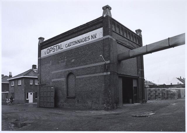023475 - Gebouw behorende tot het complex van cartonnagebedrijf Van Opstal aan de Kapelstraat eind 1975