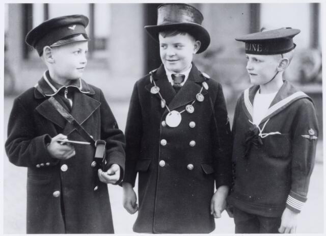 050029 - Tilburgse  jongentjes verkleed als postbode, burgemeester en marinier. Foto uit ´Je Taalboek´ van frater Victor van Nispen.