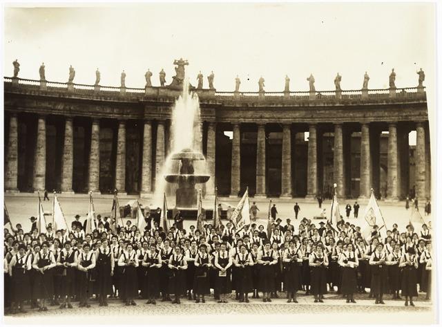 009547 - Jeugdverenigingen: Katholieke Jeugdvereniging ( K.J.V.) te Tilburg. leden van KJV verenigingen tijdens de Romereis in april 1935 voor de St. Pieter