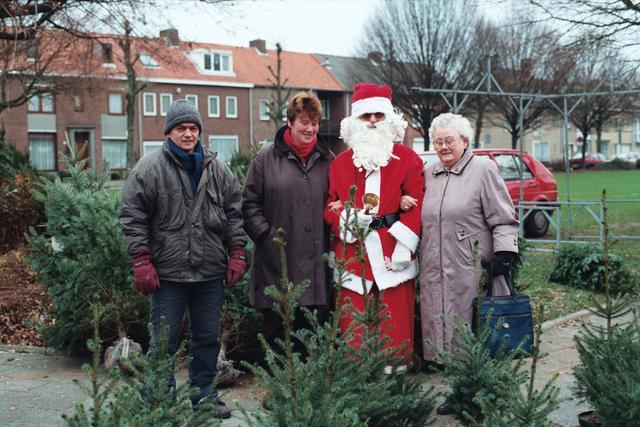 1237_010_766-2_005 - Kerstman bij kerstbomenverkoop.