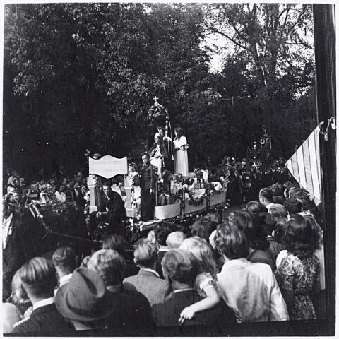 012210 - WO2 ; WOII ; Tweede Wereldoorlog. Koningin Wilhelmina werd geëerd middels deze wagen in de bevrijdingsoptocht van 9 mei 1945 in het Wilhelminapark, dat in de oorlogsjaren niet zo mocht worden genoemd