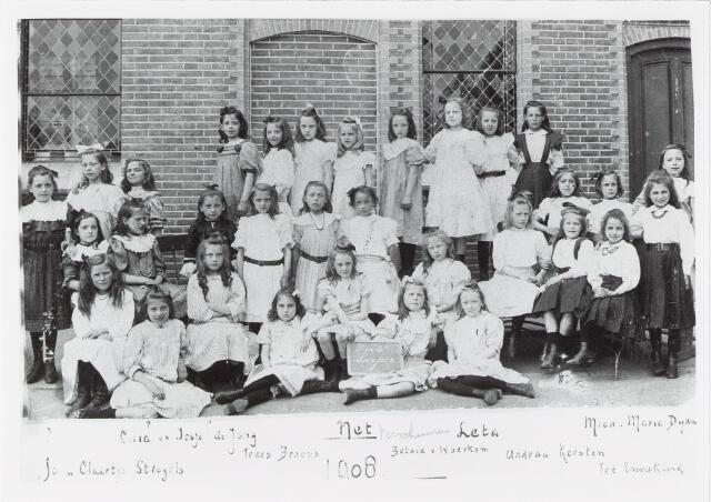 051356 - Basisonderwijs.  Klassenfoto r.k. lagere school. Meisjesschool Jezus Maria Jozef. Het onderwijs werd gegeven door de orde van de  Ursulinnen.  Leerlingen van het derde en vierde schooljaar.